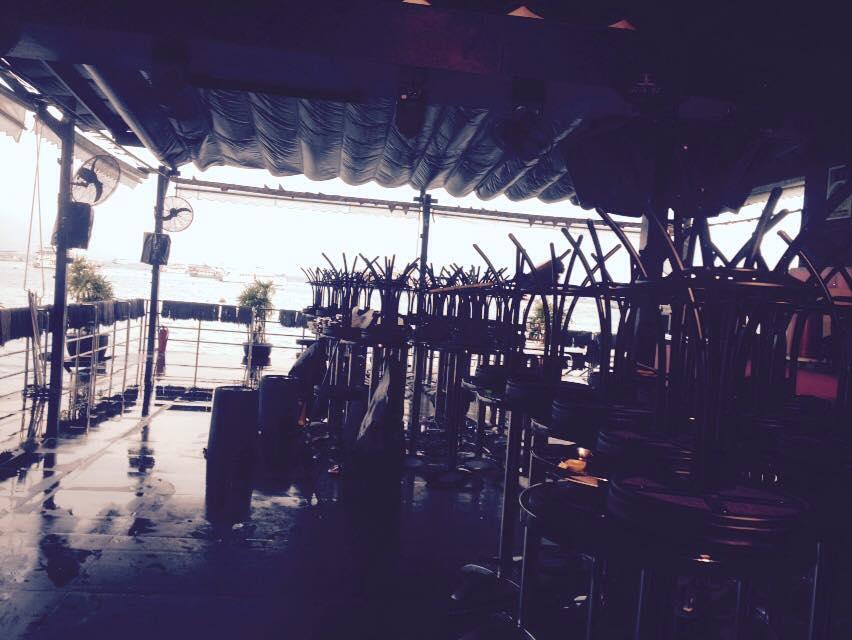 朝六時半に終了した後のすでに片付けられた一階「i-bar」海側。